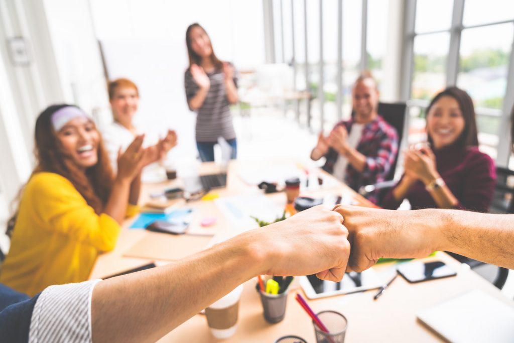 人脈經營好累人?溝通專家的 11 條「無壓力社交法」,輕鬆建立職場關係